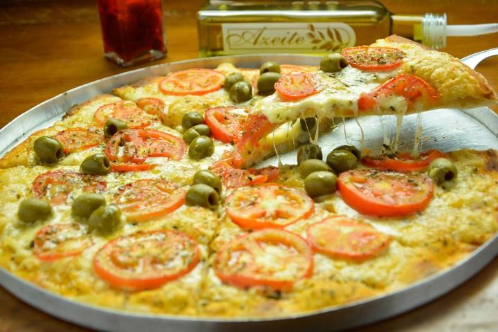 Pizzas ao forno a lenha.